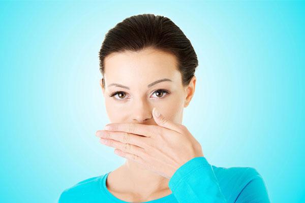 بوی بد دهان نشانه چیست؟